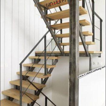 Một xu hướng thiết kế mới lạ với mẫu cầu thang xương cá + tay vịn sắt & bậc đi làm bằng gỗ tự nhiên đẹp tuyệt vời đang được Cơ khí Gia Hưng sản xuất giá thành cạnh tranh cho khách hàng.