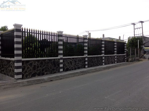 Cửa cổng sắt + mái ngói + hàng rào CK323