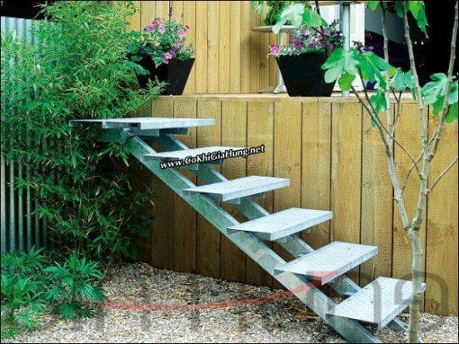 Mẫu cầu thang sắt kiểu xương cá CK574 trong sân vườn không có tay vịn