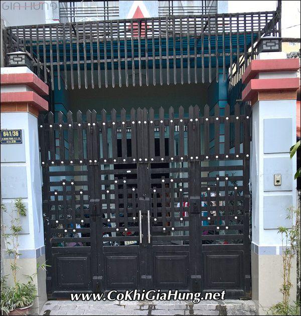 Mẫu cửa cổng sắt hộp giả gỗ CK594 giá bao nhiêu tiền mỗi mét vuông tại TpHCM