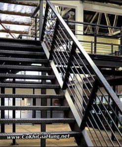 Mẫu cầu thang sắt nhà xưởng CK746 bậc thép gân chống trơn trượt