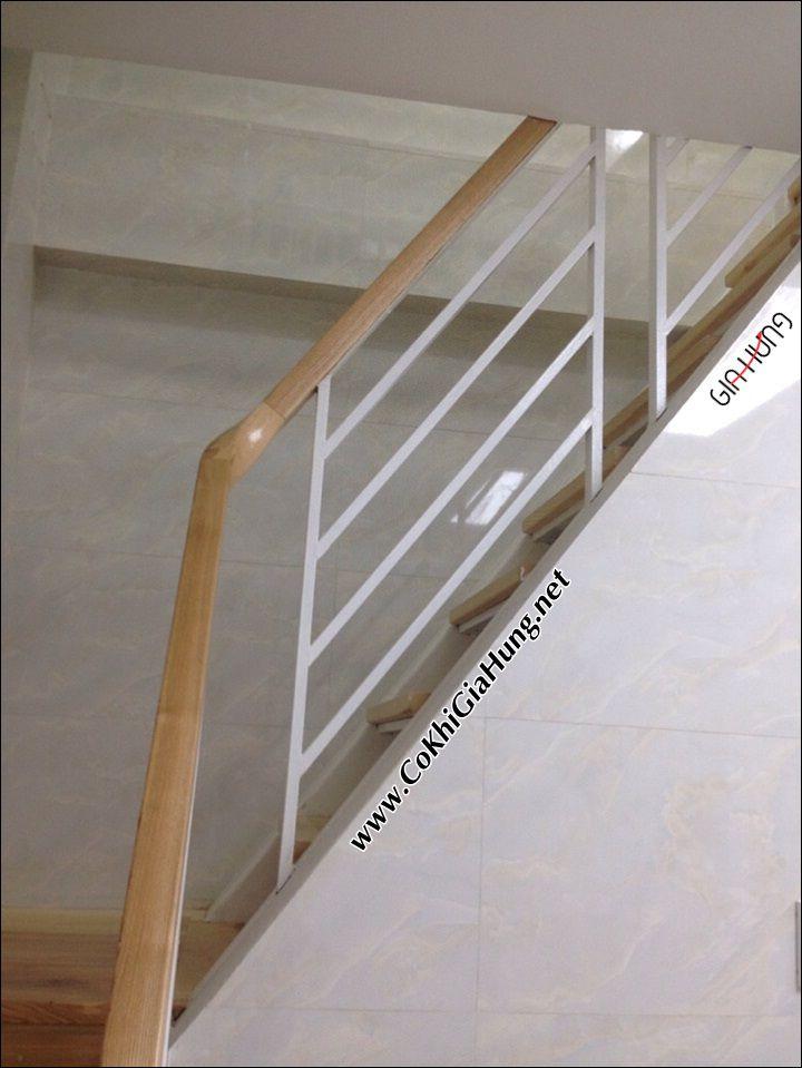 Tay vịn gỗ có lan can cầu thang bằng sắt