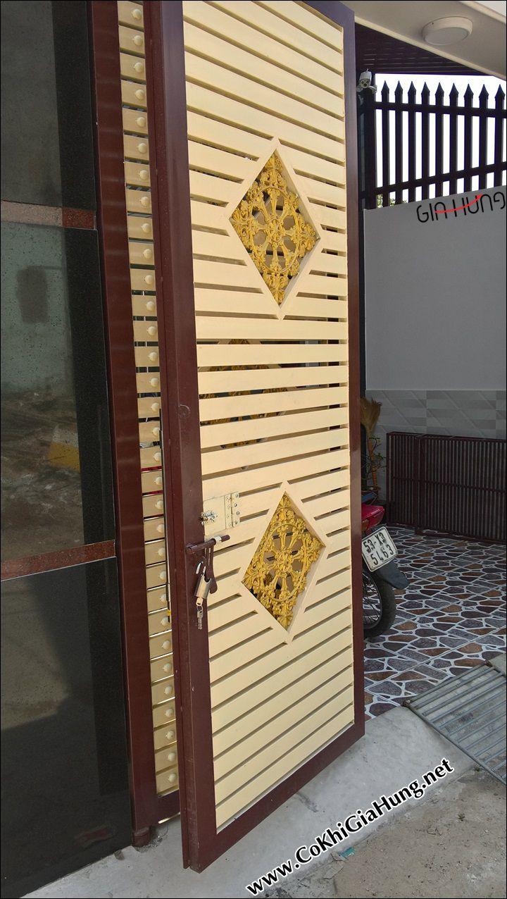 Giá cửa cổng sắt hộp giả gỗ tốt nhất TpHCM bao nhiêu tiền 1 mét?