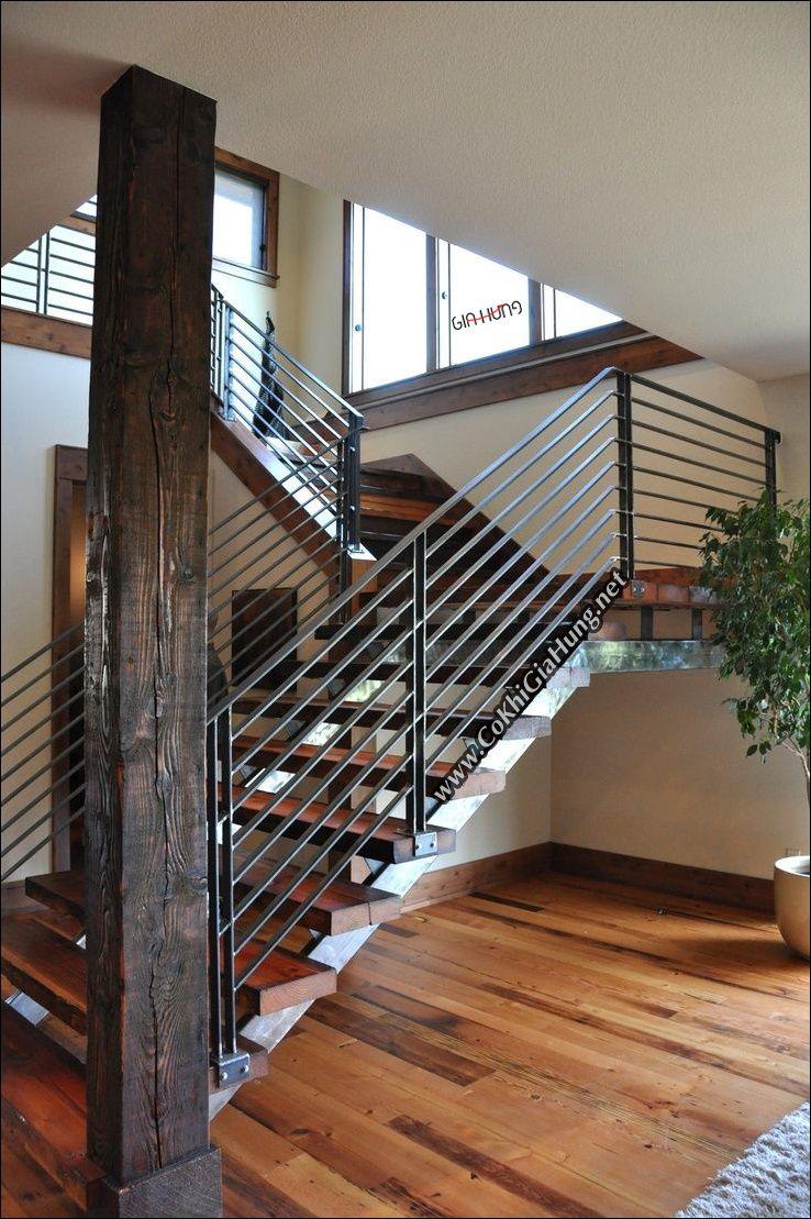 Bạn sẽ ngỡ ngàng khi nhìn thấy mẫu cầu thang sắt hộp bậc đi gỗ + tay vịn song sắt la CK925