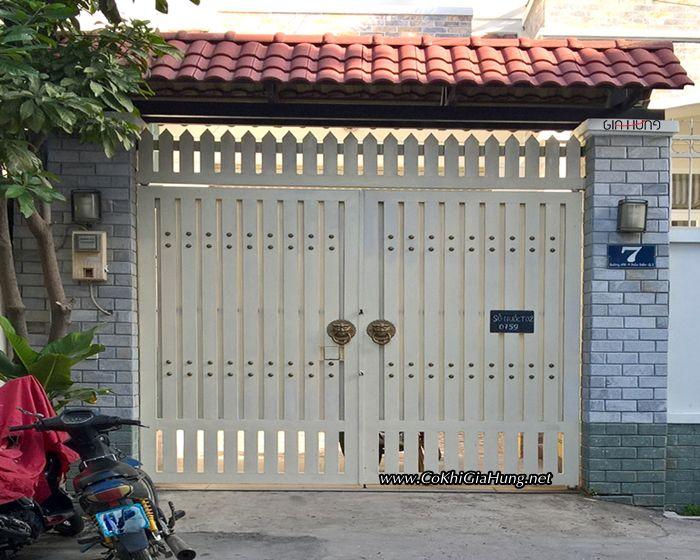 Giá mẫu cửa cổng sắt hộp giả gỗ 2 cánh CK1066 chỉ từ 1 triệu đồng / m²