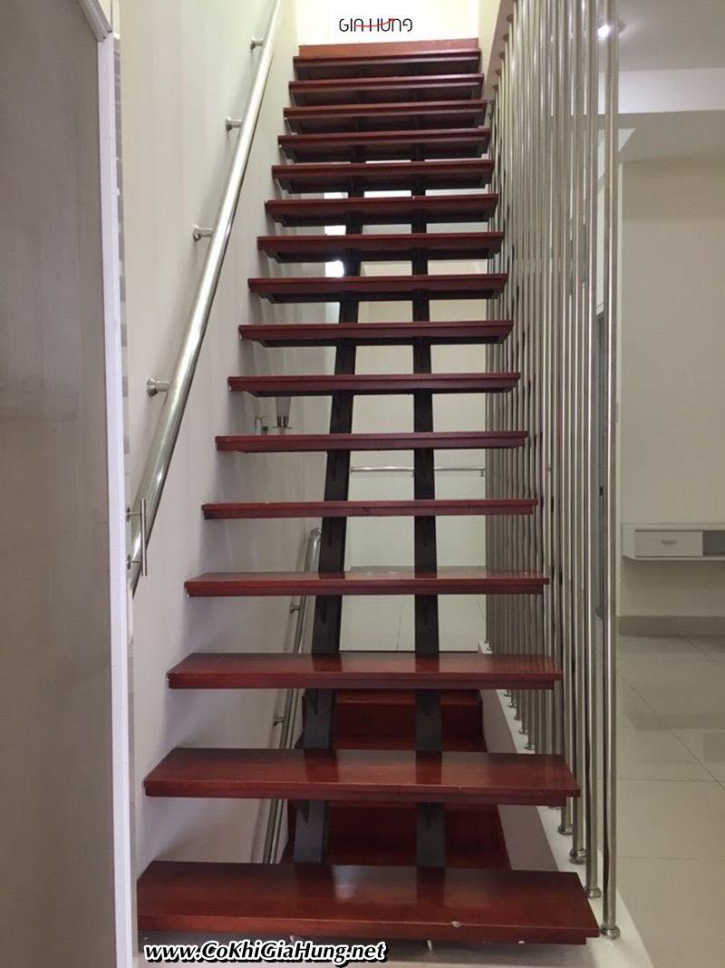 Xưởng làm mẫu Cầu thang sắt xương cá bậc gỗ CK1292 đẹp tại TpHCM