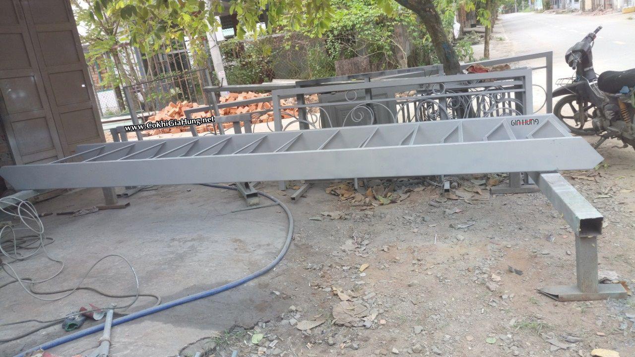 Mẫu cầu thang sắt - bậc gỗ - tay vịn gỗ và lan can kính cường lực CK1388