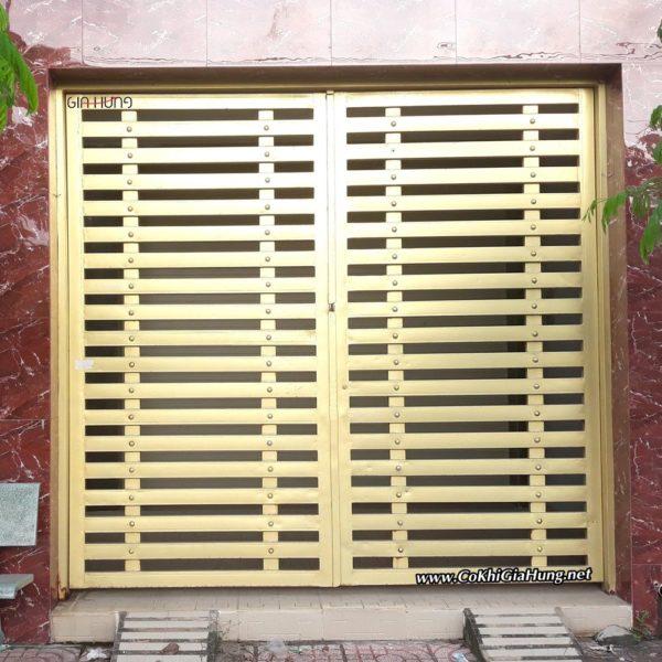 Mẫu cửa cổng sắt hộp giả gỗ sơn màu nhũ đồng cực đẹp CKC-1450